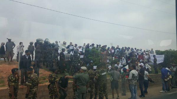 Manifestants au bord de la route. Crédit photo : Fatouma H / Mondoblog. Antananarive 2016